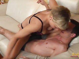 充满肌肉的辣妹控制她的配偶